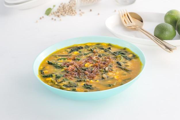 グレーのテクスチャ背景においしくて健康的なインドネシア料理マナドのお粥