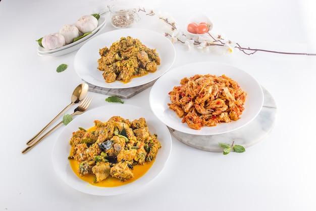 Вкусные и здоровые индонезийские морепродукты на серой текстуре
