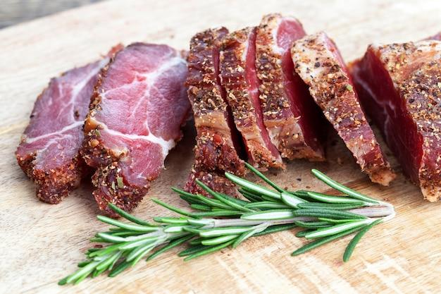 ローズマリーで漬けて乾燥させただけの美味しくてジューシーな肉
