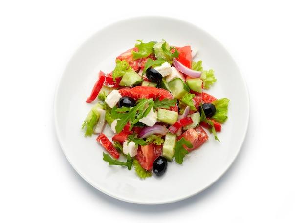 Вкусный и питательный, свежий греческий салат на белом