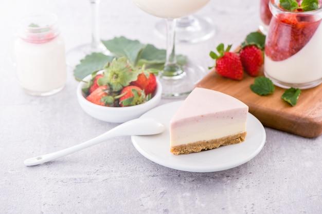Вкусный и питательный клубничный торт ручной работы