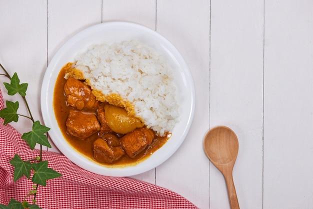 インド料理からの美味しくてスパイシーなチキンカレーロースト。