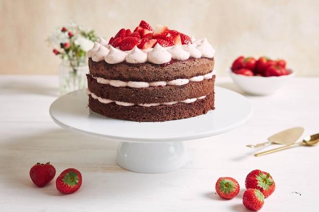 접시에 딸기와 바이저와 함께 맛있고 달콤한 케이크