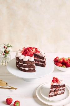 Вкусный и сладкий торт с клубникой и байзером на тарелке