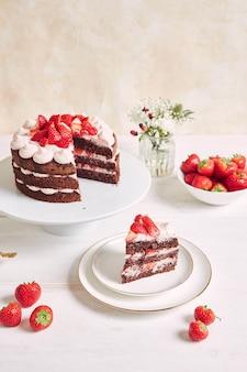 접시에 딸기와 바이저를 곁들인 맛있고 달콤한 케이크