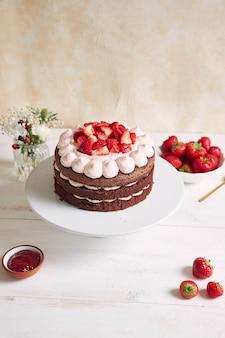 いちごとバイザーを盛り付けた、美味しくて甘いケーキ