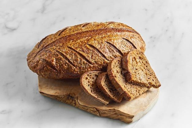 大理石の表面のボード上のおいしくておいしいライ麦パン