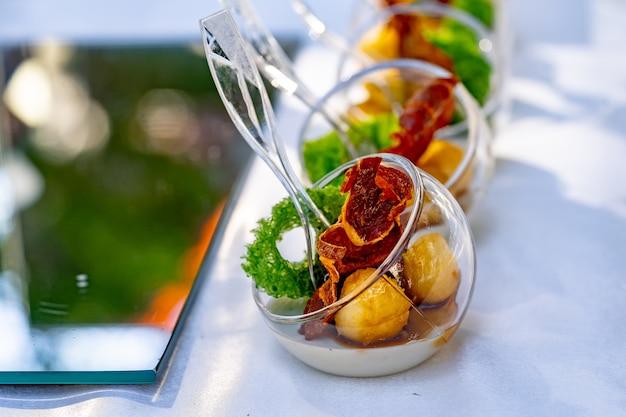 Вкусная закуска крупным планом. концепция общественного питания. современный дизайн. сырные шарики и лосось. закройте вверх.