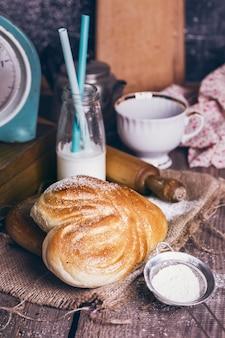 朝食においしい食欲をそそるパンとコーヒー