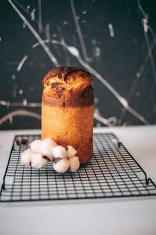 맛있고 식욕을 돋우는 신선한 구운 케이크