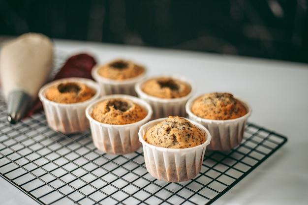 Вкусные аппетитные свежие запеченные кексы на кухне крупным планом