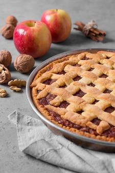 Вкусный яблочный пирог под высоким углом