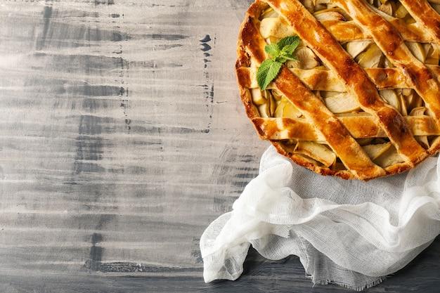 회색 테이블에 맛있는 사과 파이