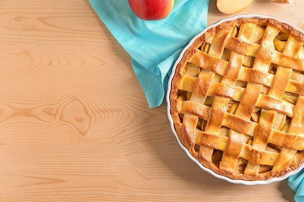 木製のテーブルの上のおいしいアップルパイ