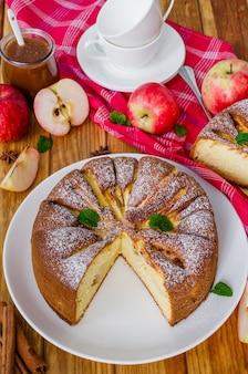 Вкусный яблочный пирог с корицей и карамельным соусом. традиционный осенний торт шарлотта.