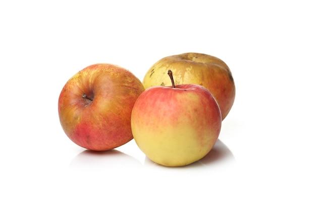 Вкусные яблоки на белой поверхности