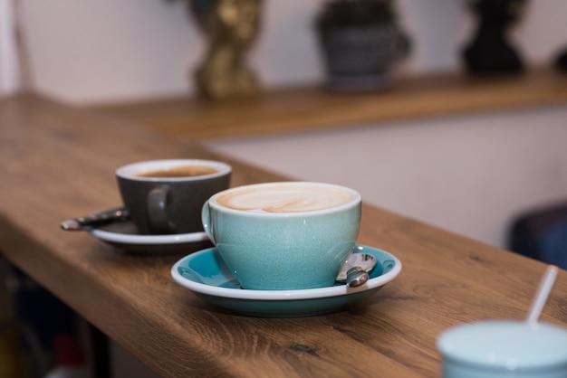 아늑한 커피 숍에서 맛있고 향기롭고 상쾌한 카푸치노 커피