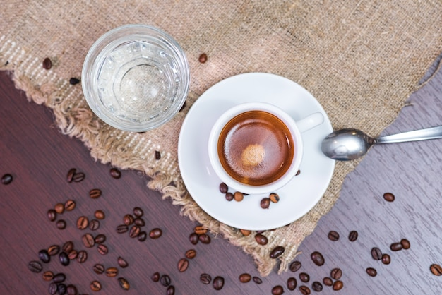 コーヒー豆と水を使った、おいしくて香り高くさわやかなエスプレッソ