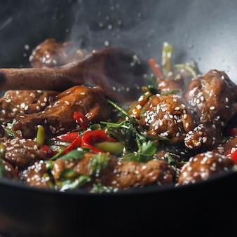 Вкусное азиатское блюдо под высоким углом