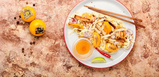 美味しいアジア料理、麺、柿、なすのサラダ。
