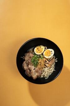 복사 공간이 있는 맛있는 아시아 음식