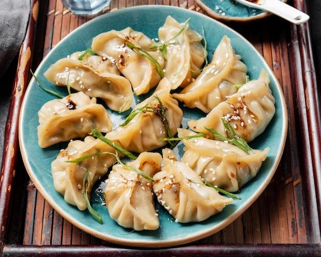 Вкусная азиатская еда с травами под высоким углом