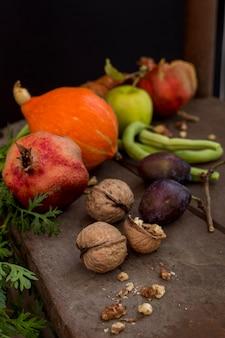 Вкусные осенние фрукты и овощи