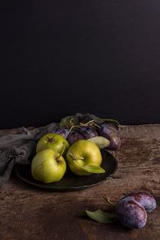 Вкусные осенние фрукты на тарелке