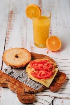 ゴマとチアパンが入った美味しいベーグルの中には、トマト、ハム、チキンが入っています。
