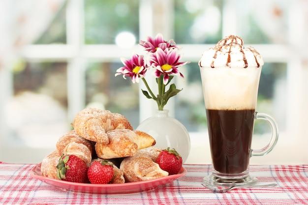 テーブルのクローズ アップでおいしいベーグルと淹れたてのコーヒー