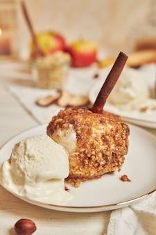 Вкусное запеченное яблоко с орехами и корицей на рождество на белом столе