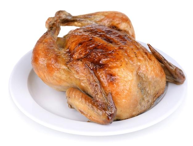 白で隔離されたプレート上のおいしい焼き鶏肉