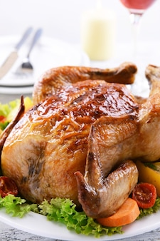 軽い表面のテーブルの上の皿の上のおいしい焼き鳥