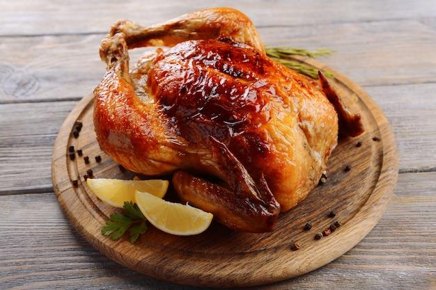 Вкусная запеченная курица на столе крупным планом