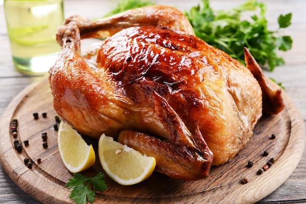 テーブルのクローズアップでおいしい焼き鳥
