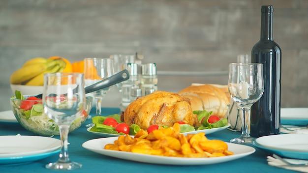 가족 저녁 식사를 위해 테이블에 맛있는 구운 치킨.