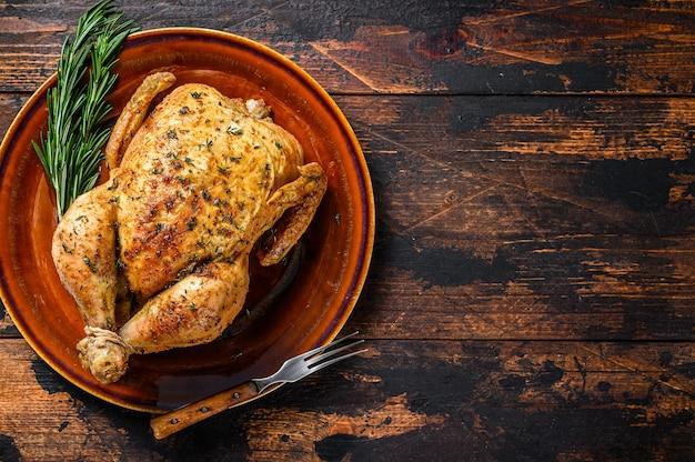 나무 테이블에 맛있는 구운 된 치킨