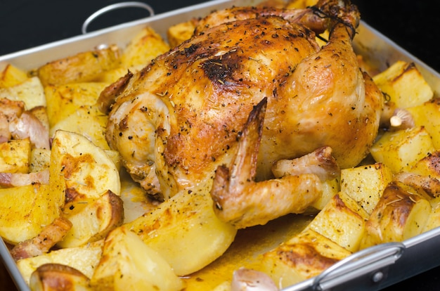 감자와 로즈마리로 구운 구운 닭고기 프리미엄 사진