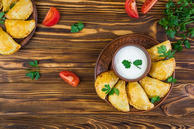 나무 배경에 맛있는 구운 된 empanadas
