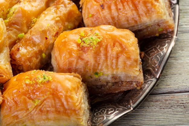 東洋の青銅の設定でおいしいバクラヴァデザートをクローズアップ