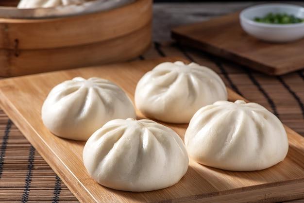おいしい包子、中国の蒸し肉まんは、サービングプレートと蒸し器ですぐに食べられます。