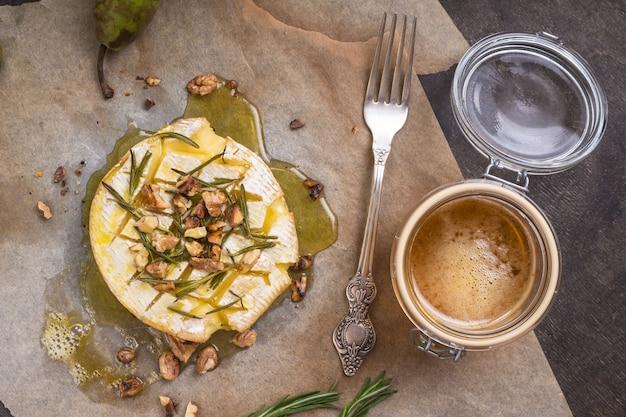 꿀, 호두, 허브 및 배와 함께 맛있고 아름다운 구운 카망베르 프리미엄 사진