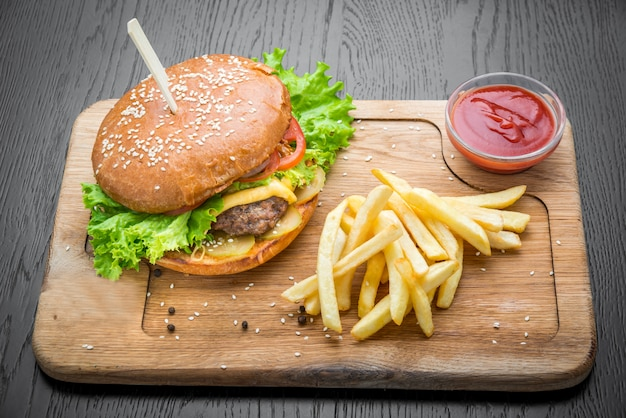 Вкусный бургер с говядиной и картофелем фри