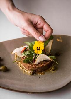 Вкусное блюдо из говядины с цветком