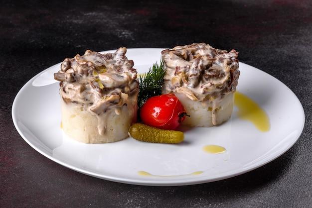Вкусный бефстроганов с мягким картофельным пюре. бефстроганов с картофелем