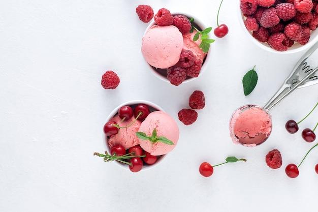 Вкусное ягодное мороженое на белой стене.