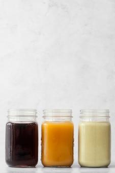 Deliziose bevande nella disposizione delle tazze del vaso