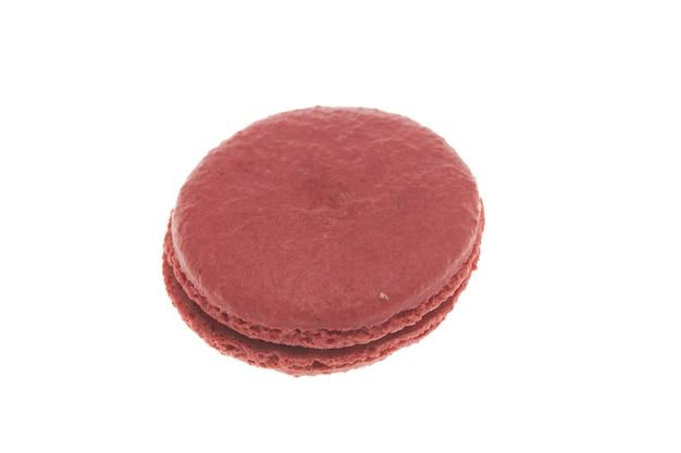 白い背景で隔離のおいしい大きな赤いマカロン。伝統的なデザート