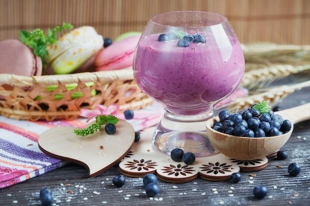 맛있는 빌베리 스무디, 해독 요구르트 또는 신선한 딸기를 곁들인 밀크 쉐이크