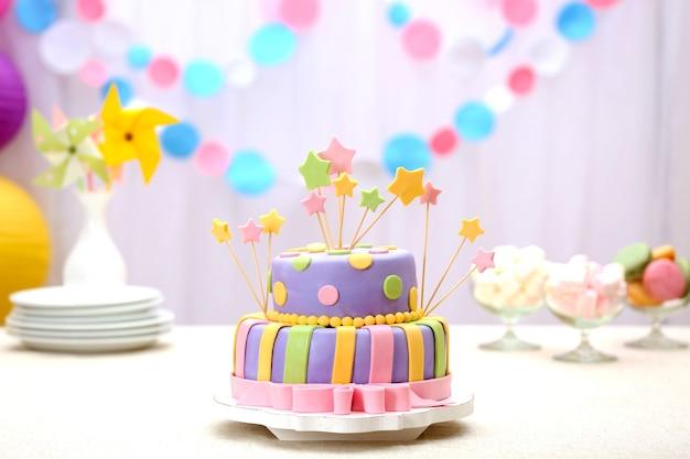 テーブルの上のおいしいバースデーケーキ